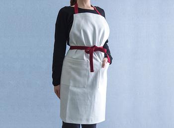高級な生地である岡山デニムのあまり布を使って作られたというこちらのエプロン。日本製の上質な生地は丈夫で繰り返しのお洗濯にも強いんですよ。色合いもシックで、おもてなしのときにもつけていたいエプロンです。