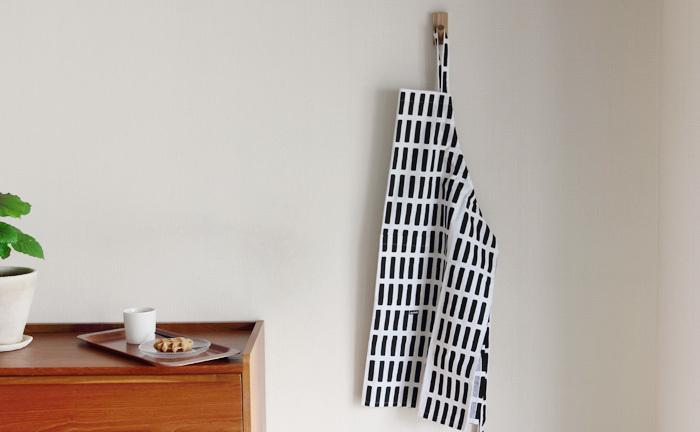 アイロンをしっかりとかけたエプロンを壁につるすと、すっきりとしてスタイリッシュですね。