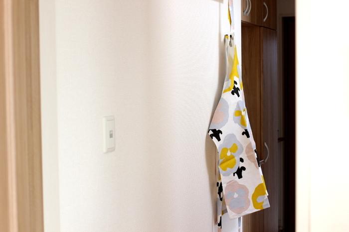 キッチンの壁にさりげなくエプロンをかけておくと、アクティブな印象を受ける素敵なインテリアになります。