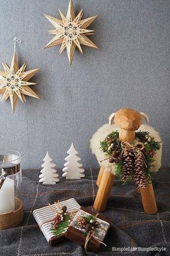 星やツリーのオブジェ、ラッピングした箱でクリスマスらしい雰囲気に。羊のオブジェもリースでおめかし。