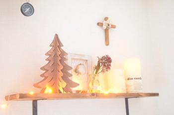 小さな棚をクリスマスディスプレイでまとめるのも素敵ですね。ツリーやキャンドルやライト、壁の小さな十字架などがクリスマス気分を高めてくれます。