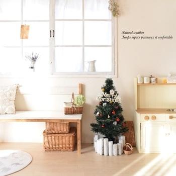 ナチュラルで可愛らしいお部屋のツリーの足元を、白くペイントした丸太でカバー。簡単でお洒落なアイデアですね。