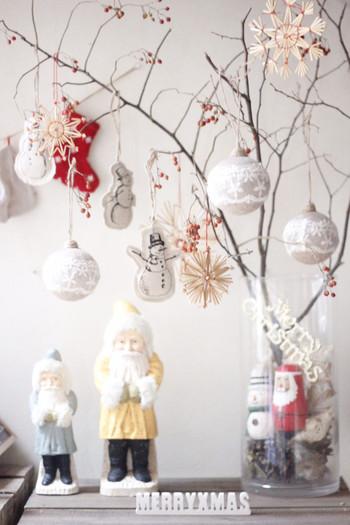 工夫次第で様々なディスプレイが楽しめる「枝ものツリー」。ランチやディナーの時にはダイニングテーブルの上にも飾ると、ぐっとクリスマスらしい雰囲気になりますね。可愛らしいオーナメントやサンタオブジェが遊び心たっぷりです。
