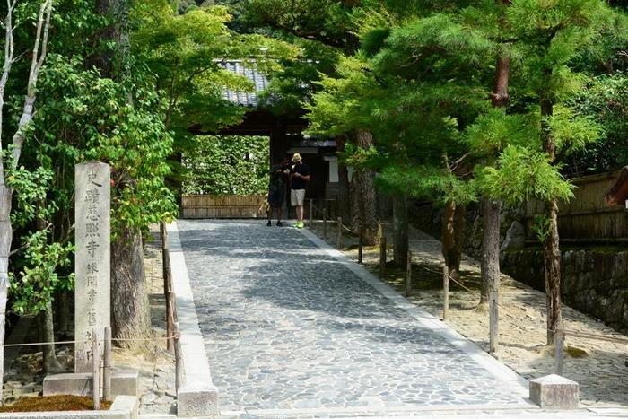 「銀閣寺(慈照寺)」からスタートするのなら、銀閣寺門前を左へ進みます。左側へと進むと、正面に銀閣寺の鎮守社「八神社」が見えます。【画像は、銀閣寺門前】