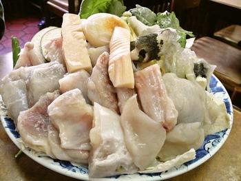 ふぐの身はもちろん、ぷるぷるの「ふぐ皮」が惜しげもなく乗っています。一緒に盛られた「豆腐」は、固めながらも大豆の旨味が詰まった至極の具材。