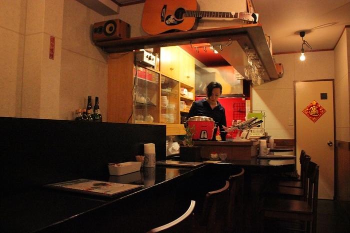 西新宿から徒歩5分のところにある「台湾佐記麺線&台湾バル888」。台湾の路地裏にあるようなさりげない佇まいからぐっとそそられます。わずか5坪、カウンター9席のみのこじんまりとした店内も、アットホームな雰囲気で居心地がいい。ただ、人気店ゆえ、すぐに満席になってしまうので、気を付けましょう。