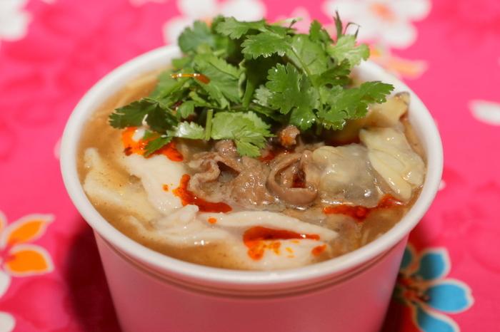 かつおだしのとろみのあるスープに、極細の台湾麺、そしてアサリ、鶏胸肉、豚モツの台湾醬油煮が入った具だくさんの麺線。パクチーをたっぷりトッピングしてくれるのもうれしい。そう、この気軽な屋台飯な感じがたまらないのです。きっと〆のこの麺を目当てに来るお客さんもいるのかなと思うほど、台湾らしさを満喫できる一品です。