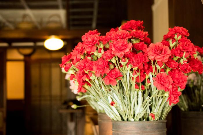 昔は造花と言うと、色合いが妙に鮮やかだったり、茎が目立って、はなびらがねじれたり取れていたりと粗悪なものを見かけることも多かったように思いますが、現在の人工のお花や植物は工芸品と言っても良いくらい手の込んだ作りのものが増えています。  高品質な人工の植物たちはいろんな場所にぴったり。 ・衛生が気になる病室や介護の場所にも置けます ・水がいらないので手の届きにくい場所や日当たりの良い場所にも置けます ・家電周りに置いても水こぼれの心配がありません  もちろん、生の植物のような香りや手に触れた時のひんやりとした質感、空気を浄化する作用などはありませんが、どんなお部屋にも置けて殺風景な雰囲気を軽減してくれる人工植物たちを上手に飾って見ませんか?