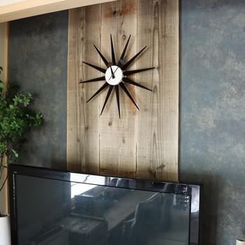 壁に時計やボードや絵画を飾りたいときは、べニヤを1枚挟むだけで壁に穴を開けずに釘を打つことができます。素敵な空間も思いのままに♪