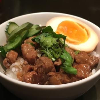 魯肉飯(ルーローファン)はミニサイズもあるので、いろいろ食べて軽く〆にいただきたいときにもありがたい。甘さ控えめな煮豚でさっぱりといただけそう。角切りのサイズがちょうど良かったり、細かなところの気配りがきいているのもありがたいですね。