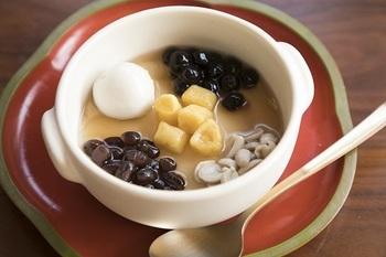 台湾の伝統的なスイーツも楽しめます。こちらは温かい豆花(トウファー)。やさしくて素朴な甘いおやつ。ちょっと疲れたときのエネルギーチャージにもおすすめです。
