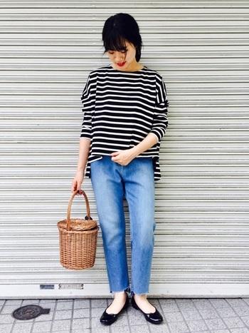 カジュアルなデザインの七分袖のトップスとカットデニム。パンプスを合わせた女性らしい着こなしが素敵です。