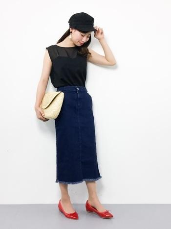 フリンジ加工のスカートも新鮮で可愛い♪デニムは赤のアイテムとも相性抜群ですね。