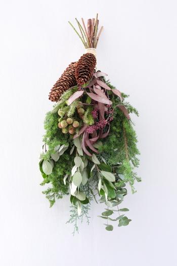 香りが楽しめるスワッグも素敵です。グリーンに赤い実を合わせたスワッグは、クリスマスらしい雰囲気を感じさせてくれます。