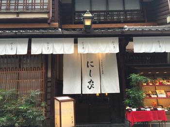 昭和32年の創業以来、大阪の味を守るこだわりのお出汁と自家製麺で人気の「にし家」。落ち着いた店内でいただく老舗の味にリピーターも多数。