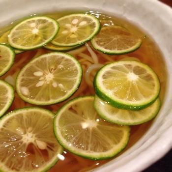 爽やかな柑橘の風味が絶妙の「すだちうどん」は見た目も華やか。食欲のない日にもぺろりと食べれてしまいそう。