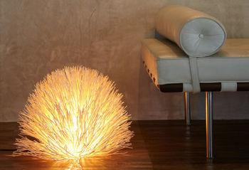 まるでコキアのようなふんわりとした姿がスタイリッシュな照明。ホテルの一室のようなラグジュアリーな雰囲気が素敵です。