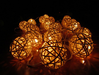ラタンボールの照明は内側から漏れる光の柔らかさが魅力的。柔らかな線と光のグラデーションに癒されます。