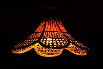 つる性植物の籐(ラタン)を編み上げたシェードはやすらぎのある風合いを与えてくれます。柔らかな色味とレトロさが魅力です。