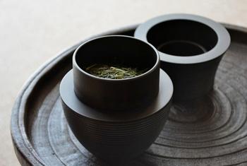 茶葉を保管する茶筒はお茶道具とともにこだわりたいアイテム。良い茶筒は蓋を開ける時のしつらえが心地よく、その気密性は茶葉の鮮度を守るのに役立ちます。