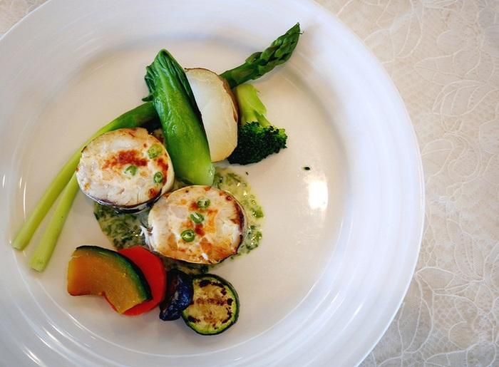 ある日の主菜「サーモンと帆立、カマスのクネル岩のり風味白ワインソース」。野菜の彩りが美しい♪
