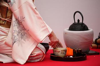 茶道具は、茶杓(ちゃしゃく)や香立てのような小さなものから風炉のような重いものまで多岐に渡ります。今回は、その中でも普段使いにも役立つアイテムをピックアップしてご紹介します。