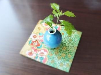 敷居が高いと思われがちな茶道ですが、道具の一つ一つの由来や用途を知ると、長い時間をかけて親しみたい楽しみ方が見つかると思います。現代生活に役立つものも多いので、ぜひあなたのお気に入りをみつけてみてくださいね。  ※花瓶の下に敷かれているのは古帛紗(こぶくさ)です。
