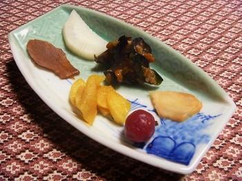 ある日の漬物の盛り合わせ。 梅の梅酢漬け・大根の辛子漬け・大根の甘酢漬け・生姜の醤油漬け・生姜の甘酢漬け・なすときゅうりの麦麹の漬物。