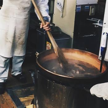 もともとはようかんの原材料メーカーとして、日本各地の和菓子店で高い評価を得てきた小笠原商店。およそ100年の歴史を持つ老舗の新しいチャレンジとして「南アルプス塩ようかん」は生み出されました。