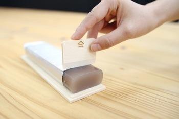 木箱の上蓋をまな板として使い、その場で切り分けることができる工夫も。食べたいときに道具いらずでさっと切り分けられるのが便利ですね。