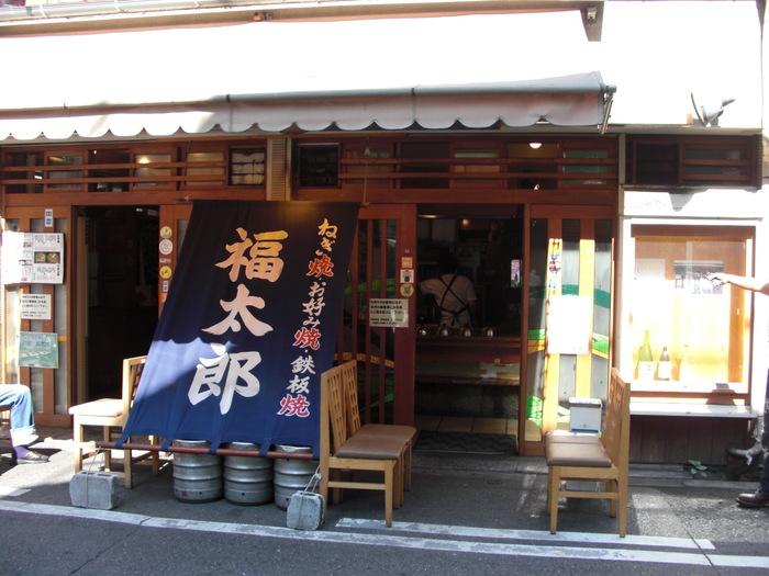ミナミの繁華街・千日前に店をかまえる「福太郎」は、連日大行列の人気店。お好み焼きはもちろん、ねぎ焼きの名店としても地元客から愛されています。