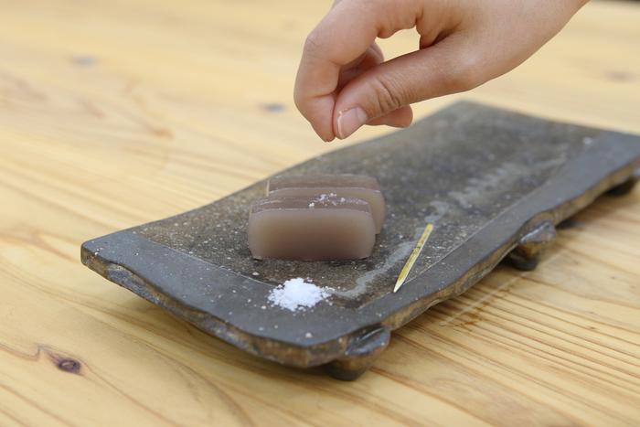 そのまま食べてももちろんおいしいのですが、同封されている長野県大鹿村で採れる天然塩をようかんの上に一つまみ振りかけると、より味わい深い塩ようかんを味わうことができます。