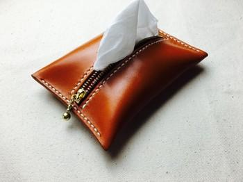 本革を使った、キャメル色の艶やかなポケットティッシュケース。素敵ですね。使うほどに味わい深さを増す本格派で、プレゼントにもおすすめです。
