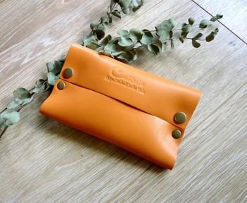 こちらも本革の本格派ですが、色がとても明るいシャーベットオレンジ。女性にも男性にも好まれるおしゃれなレザーポケットティッシュケースです。