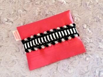 鮮やかなピンクのシャンタン生地を使ったちょっぴりゴージャスなポケットティッシュケース。マーブルの黒ボンボンがおしゃれですね。持っているだけで気分が華やぎそうなデザインです♪