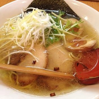 「麺や向日葵」は、銀閣寺から徒歩10分程。今出川通沿いに店舗があります。京都では新しい店ではですが、評価の高い人気店です。  この店の自慢の逸品は「塩ラーメン」。スープは、鶏がら、豚骨、魚介のトリプルスープ。厳選素材をバランスよく用いたスープは、すっきりと澄んでいて、塩味と旨味がしっかりと感じられて美味しいと評判です。