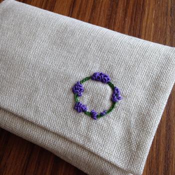シンプルなポケットティッシュケースも、ワンポイント刺繍などが入るだけで、とてもおしゃれな印象になりますね。小花や動物、イニシャルなど添えてみませんか?