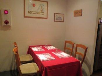 お店は赤と白を貴重とした、明るくてアットホームな雰囲気。まるでイタリアの親戚のおうちに遊びに来たかのような気分で、美味しいイタリアンを堪能することができる場所なんです。
