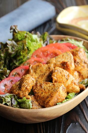 お手軽なのに本格的なタンドリーチキンのレシピ。漬け込まない代わりに、しっかりと揉んで味をつけるのがポイント!さらに、蒸し焼きにすることで、パサパサしがちな鶏胸肉もやわらかジューシーに仕上がります。