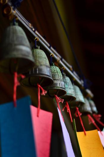 「茶房おふさ」内に吊るされた七連の鉄製の風鈴。軽やかで涼しげなガラスの風鈴とは異なり、重厚感がありますね。ところどころ緑がかったり青みがかったりしていて、味わい深く赴きがあります。