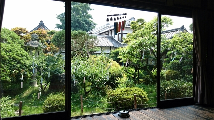 店内からは縁側越しに中庭を臨めます。風鈴が吊るされた中庭を眺めながら頂くかき氷は、昔ながらの日本の夏を思い起こさせます。