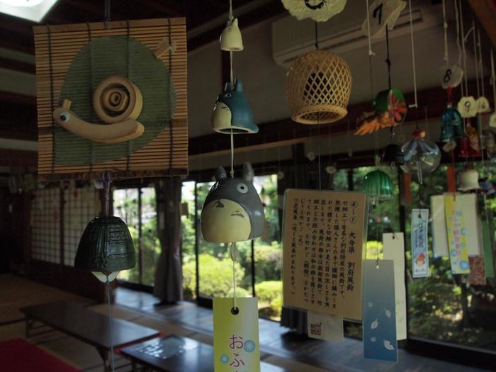 「茶房おふさ」内にも風鈴は吊るされています。トトロやネコバス、ポニョなどのジブリキャラクターがモチーフの風鈴もあり、心を和ませてくれます。