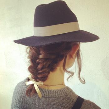 魚の骨のように見える編み目が特長の『フィッシュボーン』 三つ編みより大人っぽい印象のヘアスタイルに仕上がります。