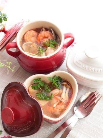 いろんな材料が必要なトムヤムクンですが、こちらのレシピならお家にある調味料で作ることができます。鶏肉やエビの旨味と豆板醤・レモンを使ってお家で再現。お好きな辛さで楽しんで。
