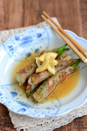 オクラを豚肉で巻いて、焼き上げた簡単レシピ。はちみつ入りのレモンソースをかけて、さっぱりといただきましょう。