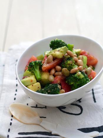 こちらも、オリーブオイルを使用したサラダ。トマトやブロッコリー、アボカドなど、見た目もカラフルです。いろんなお野菜で応用できますので、キュウリやパプリカなど、冷蔵庫にある食材でOK☆