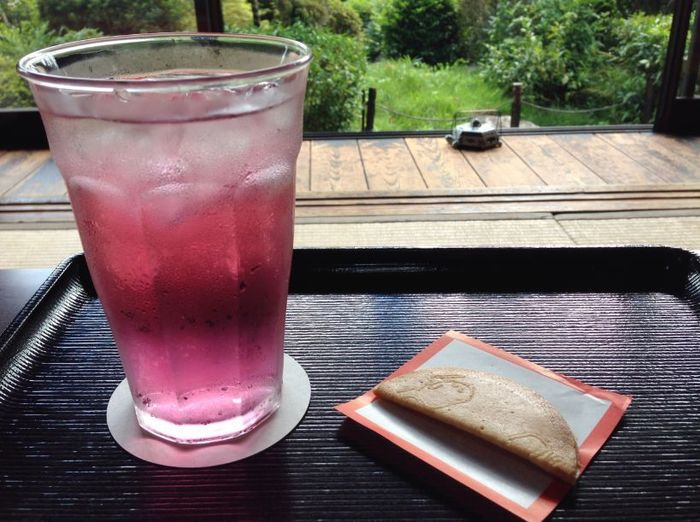 こちらはバラジュース。バラ色がきれいですね。飲めばバラの香りが口いっぱいに広がります。