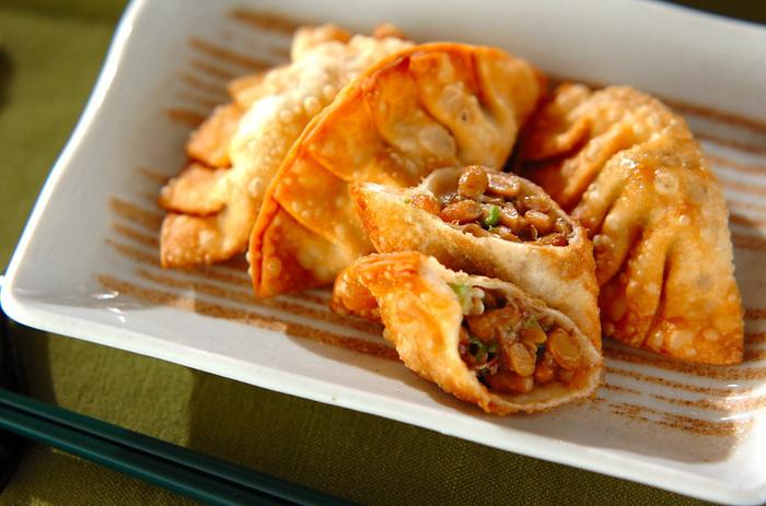 オクラと納豆を具材にした体に優しい餃子。カロリーは156kcalなので、ダイエットレシピとしても活躍しそう☆かつお節を加えることで、風味豊かな味わいを楽しめます。揚げたてのアツアツをいただきましょう!