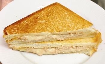 """みんな大好きツナマヨも、ホットサンドだと""""とろみ""""が加わり美味しさ倍増♪ぺろりと食べられちゃう味付けは、夜食にもいいですね。チーズを入れても◎"""