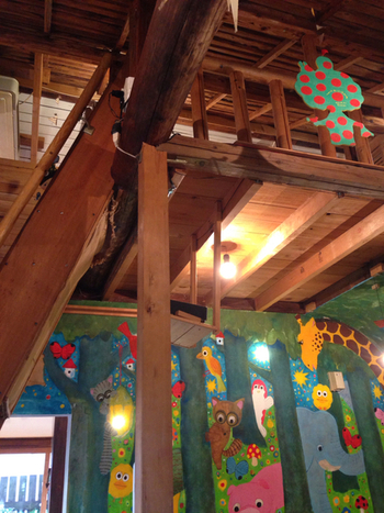絵本のような壁画や屋根裏部屋もあり、わくわく♪ 注文を受けてからつくられるデザートや、焼きたてのピザも人気です。